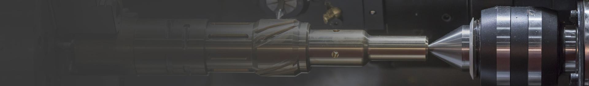 wykonywanie obróbki metalowego elementu